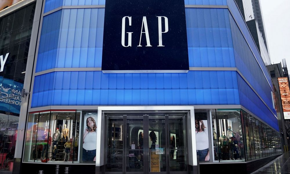 """""""Gap"""" ir """"Canada Goose"""" imsis medicininių kaukių ir aprangos gamybos"""