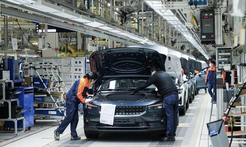 """Automobilių gamyklos Kinijoje atnaujina darbą, tačiau kitur pasaulyje jos uždaromos. """"Newspress"""" nuotr."""
