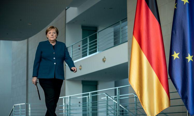 Izoliuota Angela Merkel vėl gelbės Europą