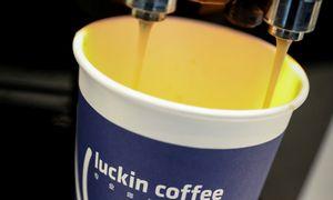 """""""Starbucks"""" konkurentės Kinijoje akcijos dėl finansinio skandalo nučiuožė 81%"""