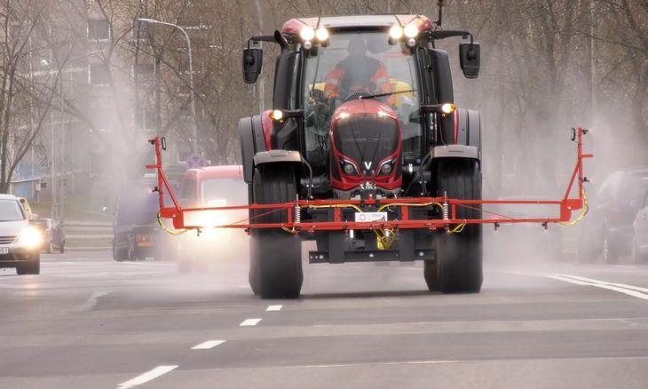 """Sostinės gatvių dezinfekcijai """"Grinda"""" pritaikė traktorių"""