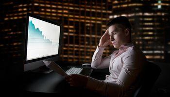 Smunkant rinkoms, analitikai karpo akcijųvertinimus