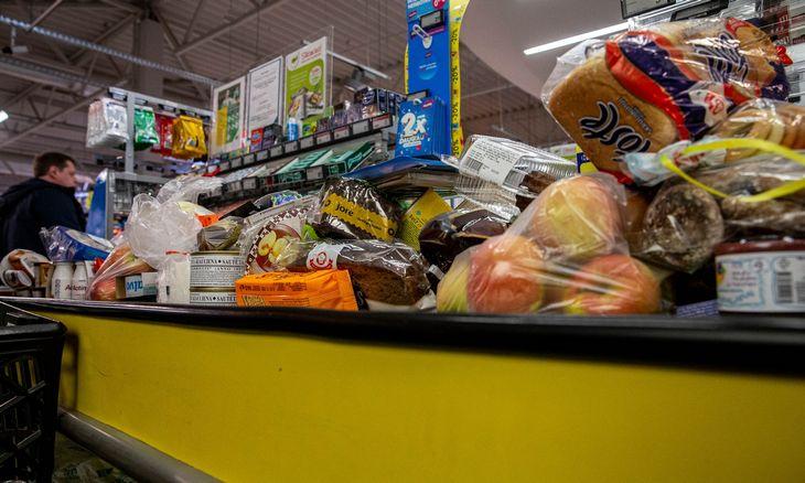 Prekybininkai skaičiuoja rekordinį mėnesį irpilnus pirkėjų krepšelius