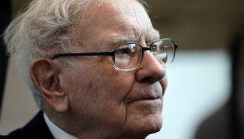 W. Buffettas mažinasi skrydžių bendrovių akcijų paketus