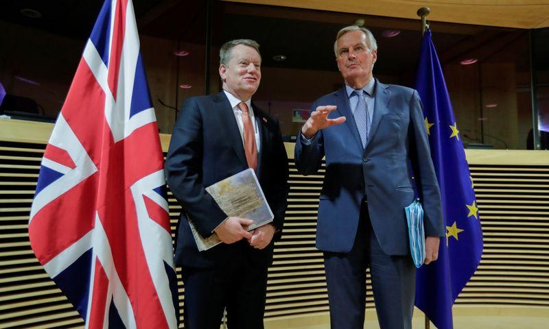 "Davidas Frostas ir Michelis Barnier. Oliver Hoslet (""Reuters"" / ""Scanpix"") nuotr."