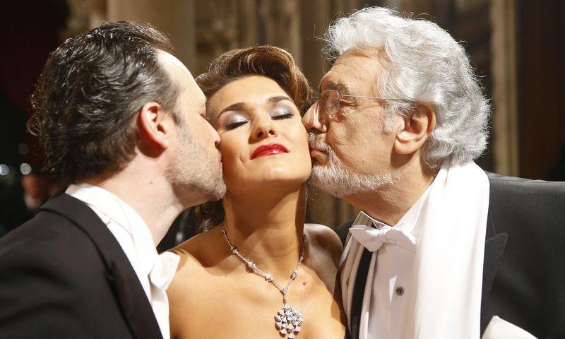 "Iš kairės: dirigentas Sascha Goetzel, solistai Olga Peretyatko ir Placido Domingo Vienos operoje,  2016 m. Heinz-Peter Bader / (""Reuters"" / ""Scanpix?"