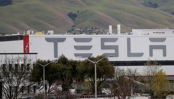 """E. Muskas grasina iškelti """"Teslos"""" būstinę iš Kalifornijos"""