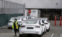 """""""Tesla"""" atnaujino gamybą nepaisydama draudimo ir gresiančių sankcijų"""