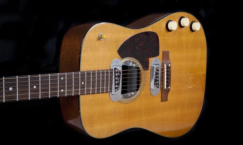 """Kurto Cobaino, """"Nirvana"""" lyderio, gitara pristatoma aukcione (AFP/""""Scanpix"""") nuotr."""