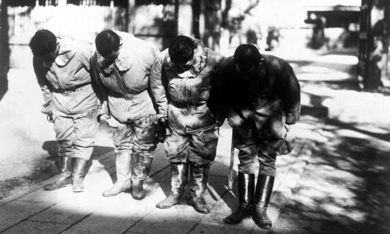 """Japonų pilotai - kamikadzės prieš startą, 1945 m. lapkritis. """"Scanpix"""" nuotr."""