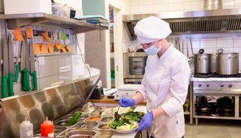 Restoranai ir viešbučiai atnaujina darbą – laukia lėtas kilimas nuo dugno