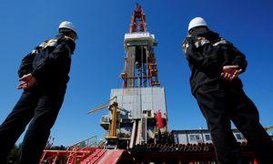 """""""Schlumberger"""" pertvarko valdymą, reaguodama į naftos rinkos nuosmukį"""