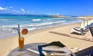 Turistų laukianti Graikija skuba atverti kavines, atkurti susisiekimą keltais