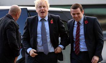 Iš JK vyriausybės atsistatydino ministras, protestuodamas dėl premjero patarėjo išvykos per karantiną