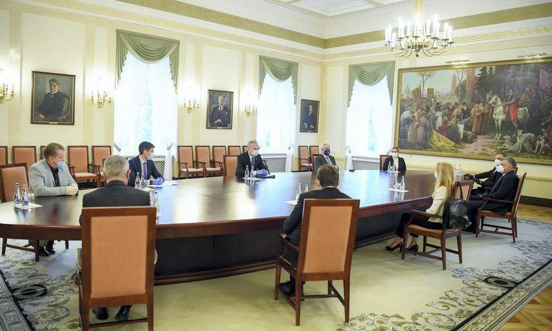 Prezidentas Gitanas Nausėda susitiko su darbdavių organizacijų ir profsąjungų atstovais, sutikusiais pasirašyti memorandumą dėl atlyginimų nemažinimo. Roberto Dačkaus (Prezidento kanceliarijos) nuotr.