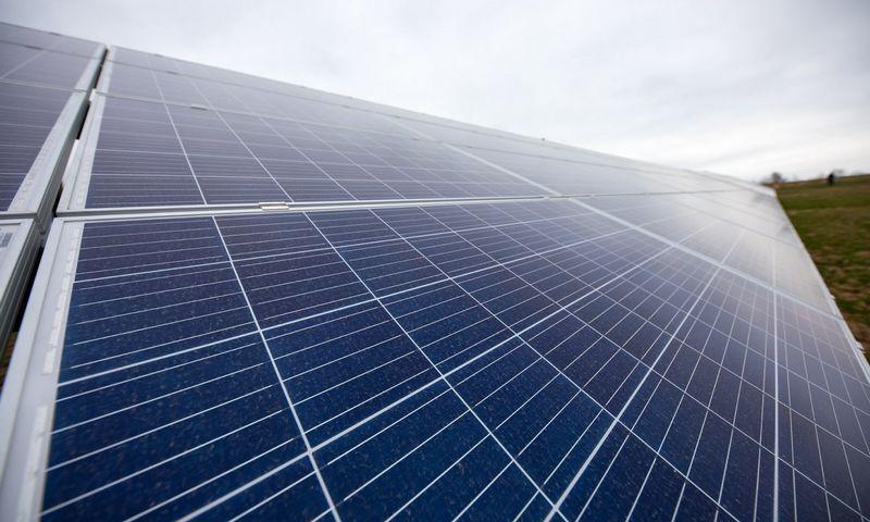 Pirmasis nutolusių saulės elektrinių parkas šalia Elektrėnų.