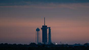 """""""SpaceX"""" erdvėlaivio pirmoji pilotuojama misija atšaukta dėl nepalankių orų"""