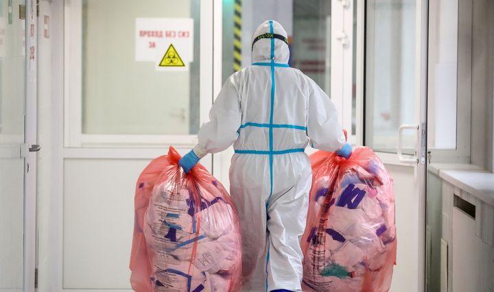 Mokslininkai: kodėl COVID-19 serga tiek daug medikų