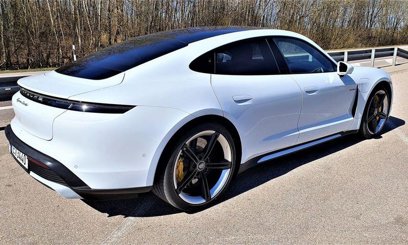 """""""Porsche"""" savo pirmajam elektromobiliui parinko ne rinkoje sėkmę garantuojantį miesto visureigio, o markės charakterį perteikiantį sportinio sedano formatą. Lino Butkaus (VŽ) nuotr."""