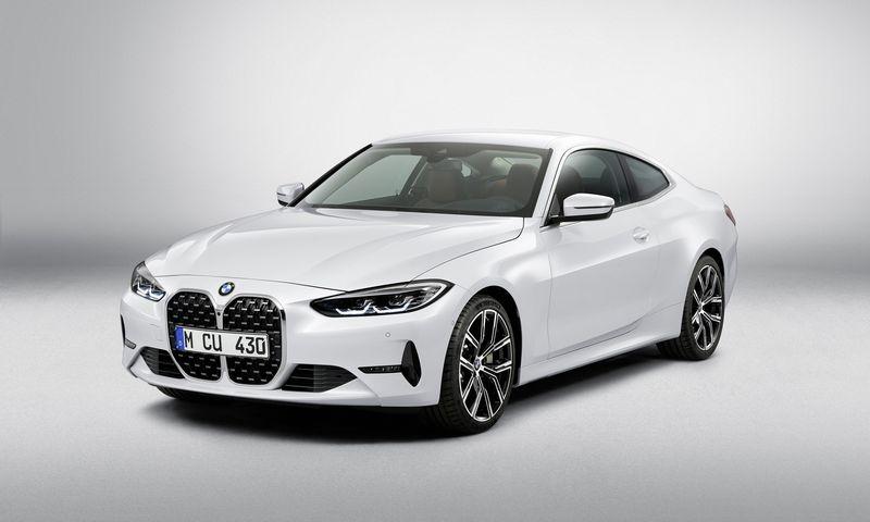 """Neeiliniai naujos 4-osios serijos akcentai – milžiniškos radiatoriaus grotelės ir pranykusi """"Hofmeisterio linija"""". BMW AG nuotr."""