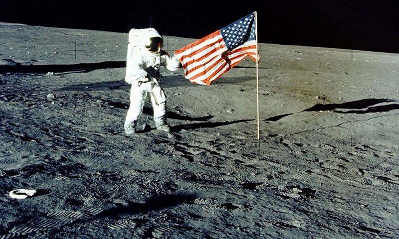 """Astronautai Mėnulyje yra palikę 6 JAV vėliavas, tikėtina, jog dabar jos yra visiškai išbalintos intensyvios saulės šviesos. NASA (""""Reuters""""/""""Scanpix"""") nuotr."""