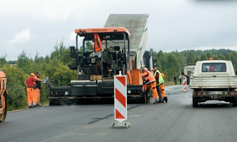 """Kelių tiesimo įmonės AB """"Eurovia Lietuva"""" kelio rekonstrukcijos darbai Vilniaus–Minsko kelio ruože. Juditos Grigelytės (VŽ) nuotr."""