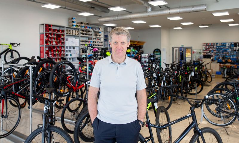 """""""Jeigu norisi judėti ir jaustis sveikai, ant dviračio reiktų sėsti bent keturis sykius per savaitę ir važiuoti bent valandą"""", – sako Gintautas Umaras, dviratininkas, olimpinis čempionas. Juditos Grigelytės (VŽ) nuotr."""
