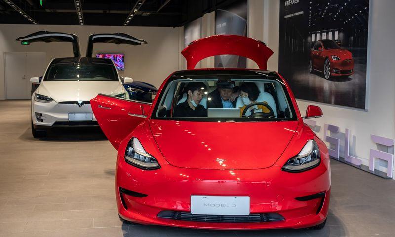 """Kinijoje gaminamos """"Tesla Model 3"""" nestokoja paklausos, o joms ruošiami naujos kartos akumuliatoriai. """"Zumapress"""" / """"Scanpix"""" nuotr."""