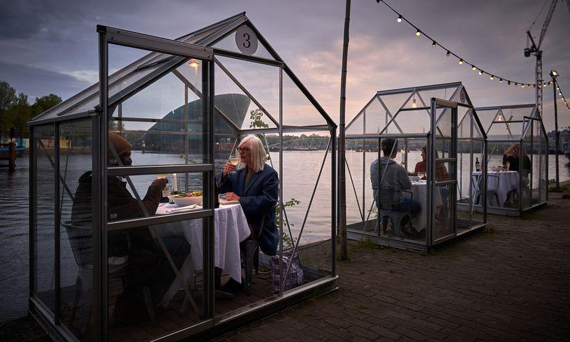 """Itin aukštos pertvaros biuruose, organinio stiklo sienelės restoranuose – Benjamino Pardo, JAV biuro baldų gamintojo """"Knoll"""" dizaino direktoriaus, žodžiais, yra """"nevalinga reakcija"""" į pandemiją. """"Eten"""" restoranas Amsterdame. Willem Velthoven (""""Mediamatic""""/""""Scanpix"""") nuotr."""
