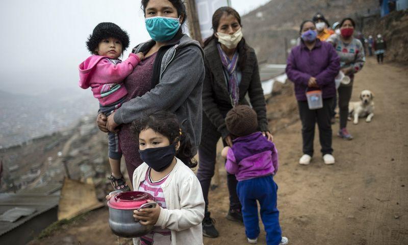 Lima, Peru, žmonės laukia eilėje prie nemokamo maisto. Rodrigo Abd, (AP/Scanpix) nuotr.