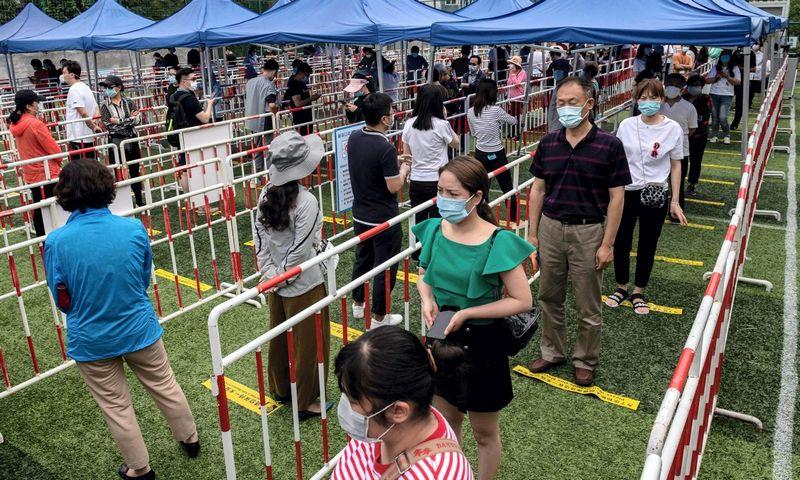 Masinis gyventojų testavimas dėl koronaviruso Pekine. Nicolas Asfouri (AFP/Scanpix) nuotr.