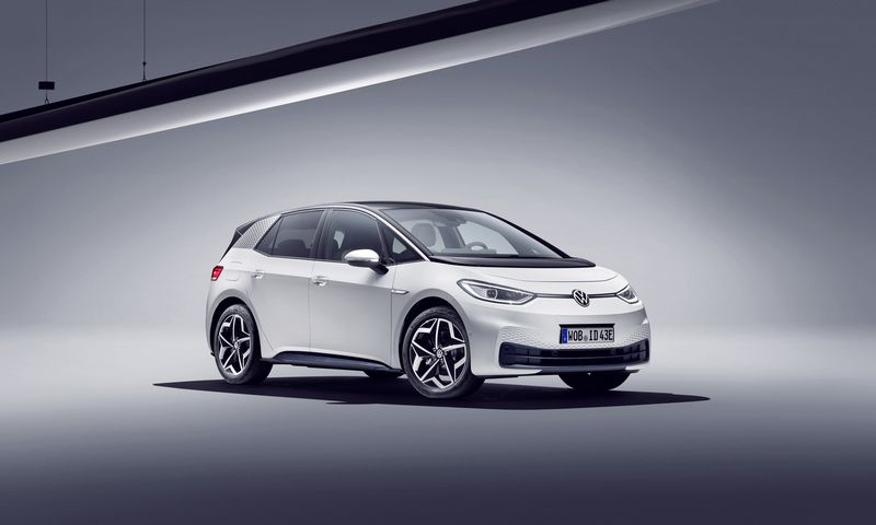 """""""VW ID.3"""" – pirmasis markės modelis, sukurtas specialiai elektros pavarai pritaikytoje platformoje. """"Volkswagen A.G."""" nuotr."""