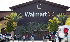 """""""Walmart"""" svarsto palikti tik savitarnos kasas, Lietuvoje jos irgi populiarėja"""
