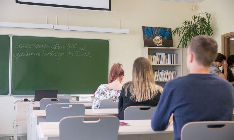 """Lietuvių kalbos ir literatūros brandos egzaminas pernai vyko birželio 1 d. Josvydo Elinsko (""""15min.""""/""""Scanpix"""") nuotr."""