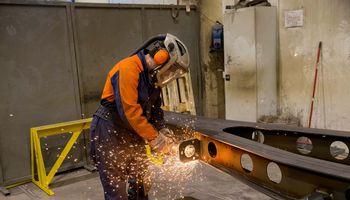 Didesnės paramos prašantys JK pramonininkai įspėja apie masinius atleidimus