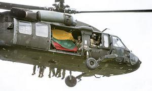 """JAV skinasi kelią sandoris Lietuvai parduoti """"Black Hawk"""" sraigtasparnius"""