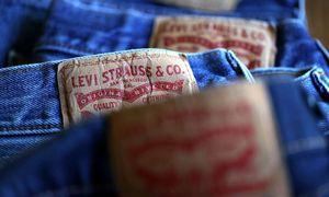 """""""Levi Strauss"""" pardavimai mažėjo 62%, atleis 15% darbuotojų"""