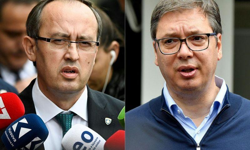 """Kosovo premjeras A. Hoti (kairėje) ir Serbijos prezidentas A. Vučičius. Armend Nimani ir Andrej Isakovic (AFP / """"Scanpix"""") nuotr."""