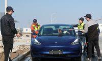 """Kiniją užkariaujanti """"Tesla"""" vietos gamintojus stumia į paraštes"""