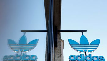 """""""Adidas"""" personalo vadovę iš posto išvertė nekorektiški žodžiai"""