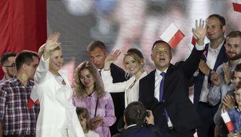 Negalutiniai Lenkijos rinkimų rezultatai: šalies prezidentu perrinktas A. Duda