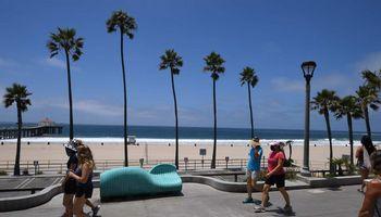 JAV nustatyta beveik 60.000 naujų COVID-19 atvejų, Kalifornija užsidarinėja