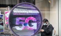 """Britai apsigalvojo – stumia """"Huawei"""" iš savo 5G rinkos"""