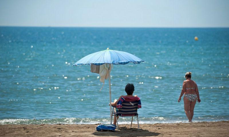 """Moteriy Malagos paplūdimyje. Jesus Merida (SOPA Images/""""Scanpix"""") nuotr."""