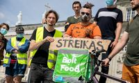 """Dalis """"Bolt Food"""" kurjerių paskelbė streiką"""
