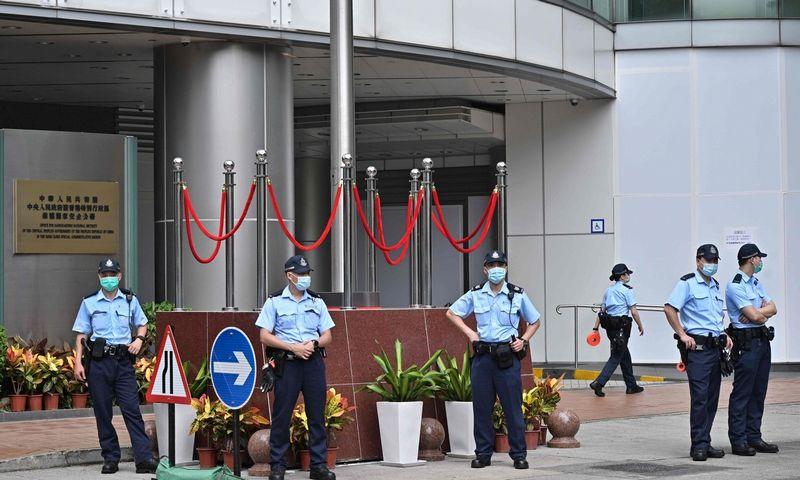 """Policija saugo Honkongo Nacionalinio saugumo tarnybos pastatą. Anthony Wallace (AFP/""""Scanpix"""") nuotr."""