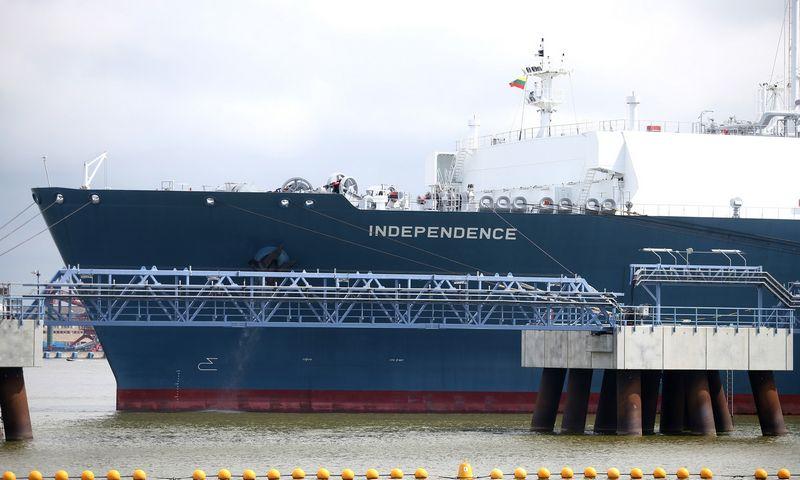 """Suskystintų gamtinių dujų laivas-saugykla """"Independence"""" su SGD talpyklomis ir dujinimo įrenginiu. Algimanto Barzdžiaus nuotr."""