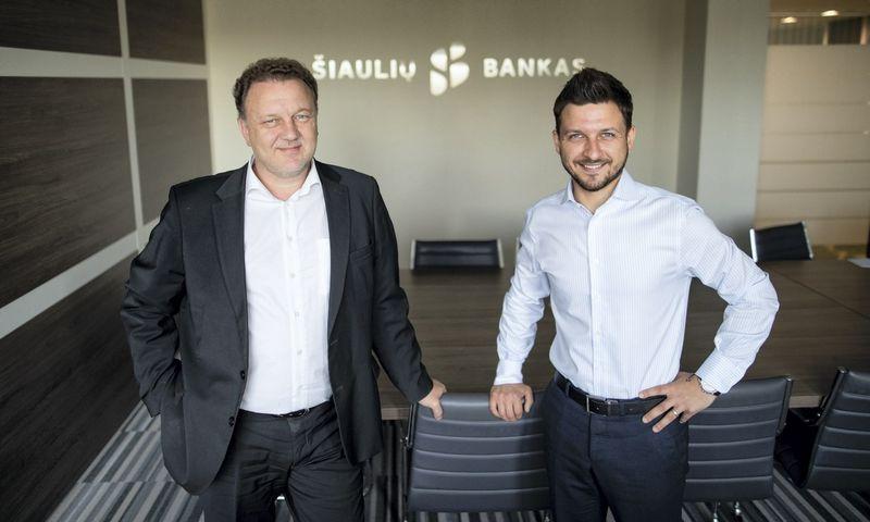 """Šiaulių banko IT tarnybos vadovas Giedrius Trukšinas ir """"Biznio mašinų kompanijos"""" (BMK) spausdinimo paslaugų pardavimų skyriaus vadovas Andrius Jakimavičius."""