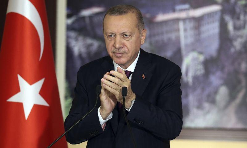 """Prezidentas Recepas Tayyipas Erdoganas sveikina Turkijos įstatymų leidėjų sprendimą suteikti šalies vyriausybei daugiau galių reguliuoti socialinę žiniasklaidą. Turkijos prezidentūros/AP/""""Scanpix"""") nuotr."""
