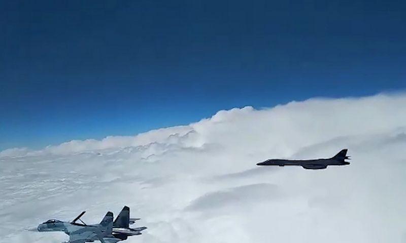 """Rusijos oro pajėgų naikintuvas """"Suchoj Su-27"""" ir JAV strateginis bombonešis gegužės 29 d. virš Juodosios jūros. Rusijos Gynybos ministerijos/TASS/""""Scanpix"""" nuotr."""